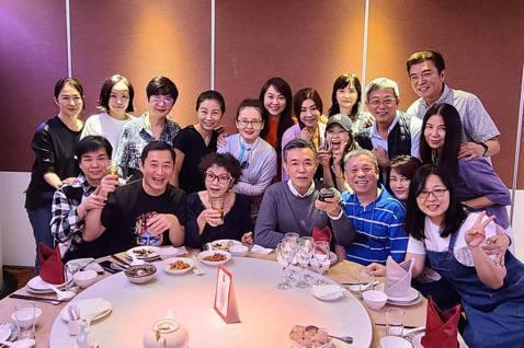 台灣「花系列」連續劇是5、6年級生的回憶,過去演出過多部「花系列」電視劇的崔佩儀,分享了日前幕前幕後的工作人員聚餐的照片,勾起了不少網友的懷舊記憶。崔佩儀29日一早就在臉書分享「花系列聚餐」照片,並...