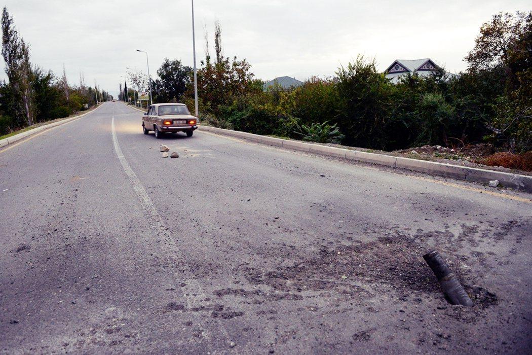靠近納卡地區,亞塞拜然的城市泰爾泰爾(Tartar),因雙亞衝突,路上驚見砲彈殼...