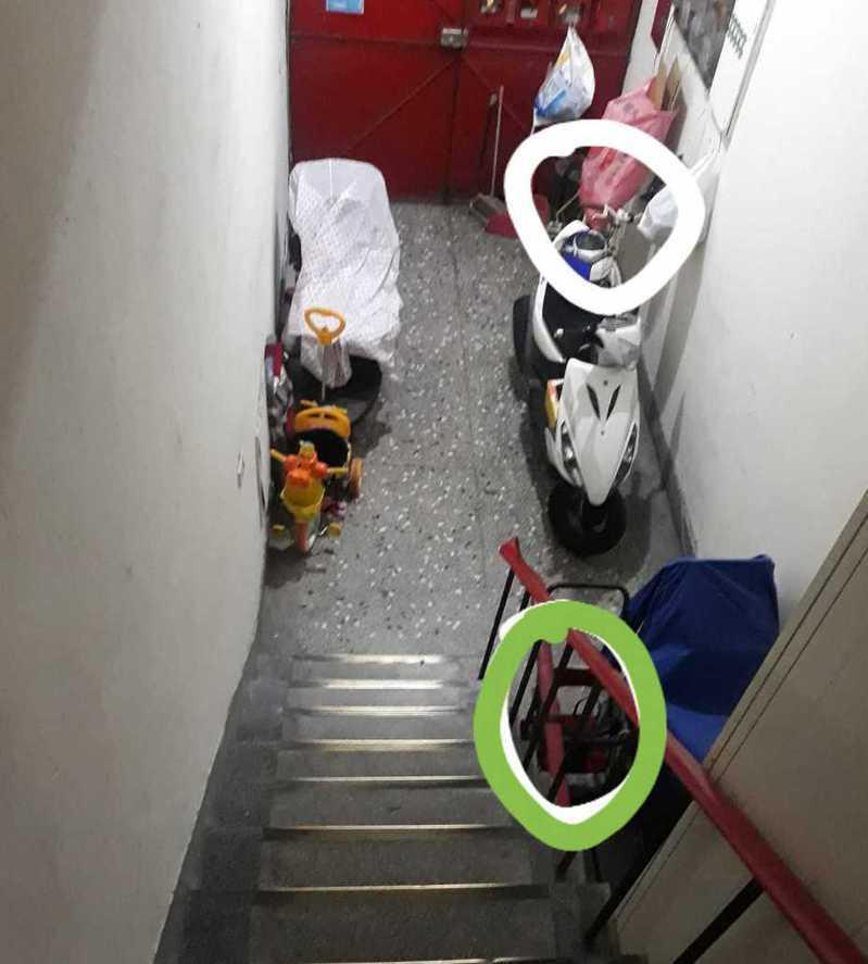 網友在臉書爆怨公社社團PO照片表示,原本是將腳踏車綁在樓梯扶手(綠色圈處),被鄰居解開移出到白圈處。 圖擷自爆怨公社