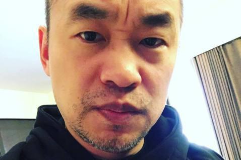 黃立成臉書一席護航歐陽娜娜的話,還順帶抱怨台灣政府不支持娛樂產業,引發不少網友批評,稍早他又再度發文表達自己的力挺的目標與立場,並表明「我愛台灣」。黃立成再度於臉書發文提到「我挺的是藝人的創作和表演...