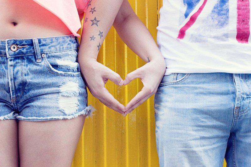 情侶熱戀時為互表愛意,有時會選擇將對方的名字刺青在身上。示意圖/Pixabay