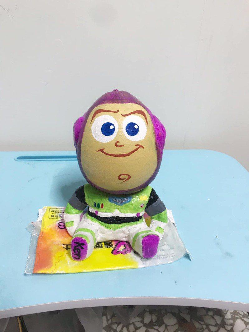 一名媽媽幫孩子做了一個巴斯光年造型的柚子。圖/翻攝自爆廢公社