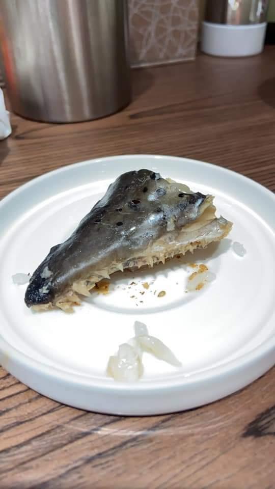 一名孕婦在月子中心休養,卻在月子餐裡驚見恐怖魚肉,「一整排尖牙倒插」的怪魚上桌,讓她看了瞬間沒食慾。圖擷自爆怨公社
