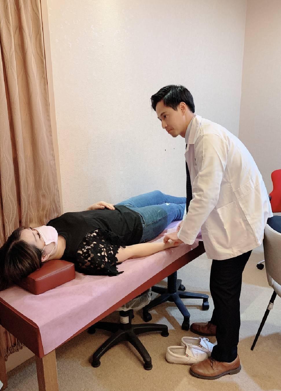 觀察病人表徵,詢問病況,聞氣味與傾聽病人的說法,最後把脈,並且做出結論。 圖/秀...