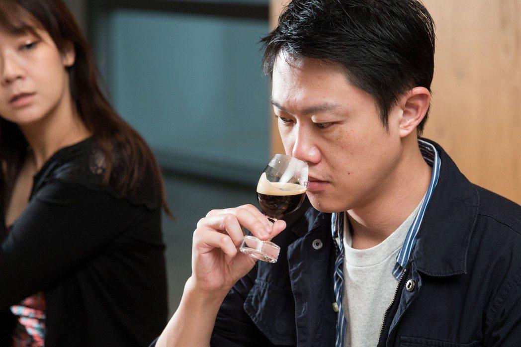 品鑑會上參加者跟著Nespresso首席咖啡品牌大使Ximena的步驟享受一杯咖...
