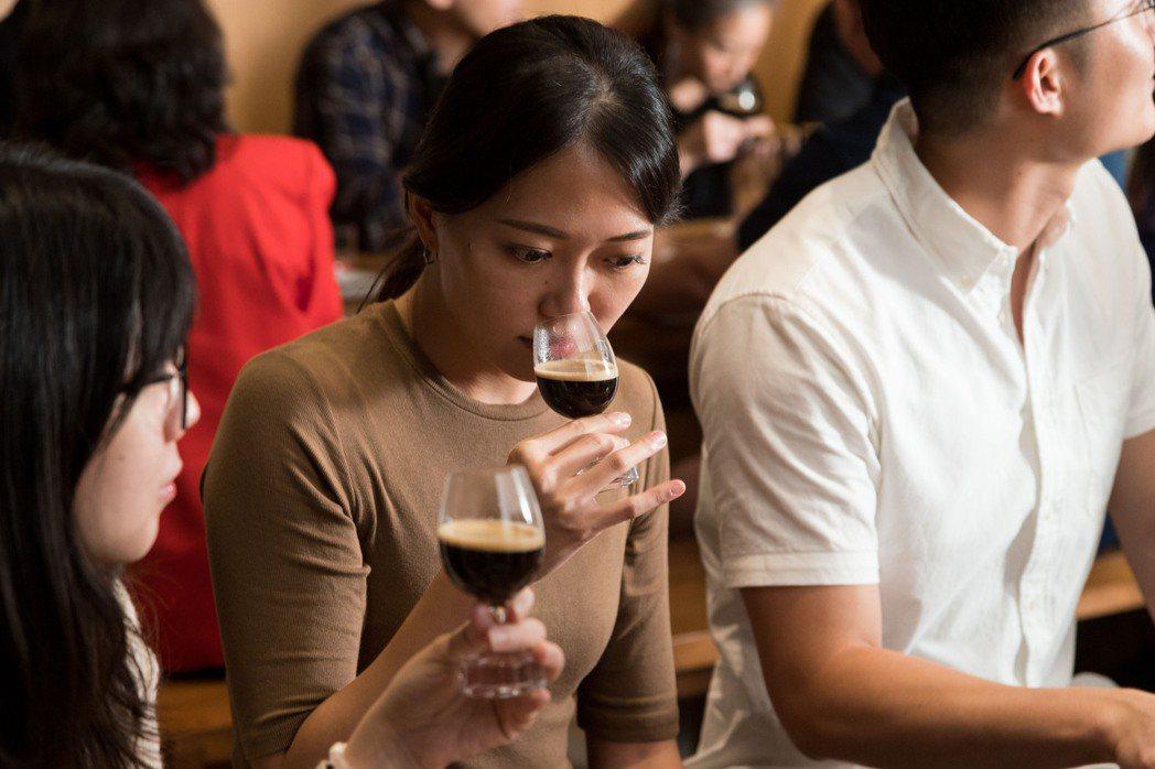 觀察咖啡油沫後,可以再靠近杯緣嗅聞咖啡香氣。 圖/陳立凱攝影