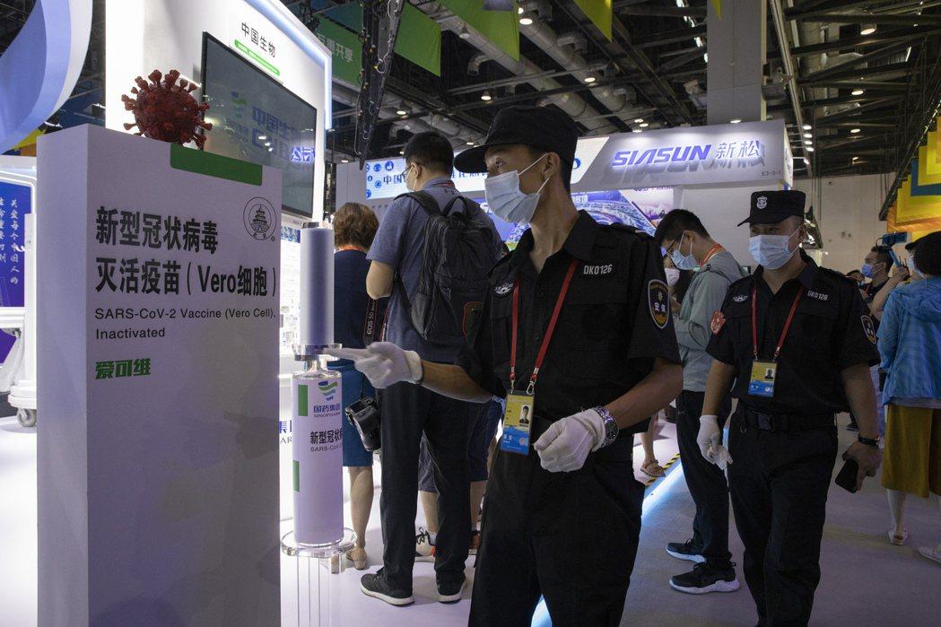 許多人針對台灣與COVAX簽約事件的反應,都是對於中國疫苗的排斥。圖為中國科興生物展示其生產的新型冠狀病毒滅活疫苗。 圖/美聯社