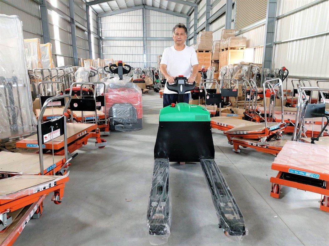 力牛高強董事長高相文展示3年5000小時品質保證的「DS-18L自走式全電動拖板...