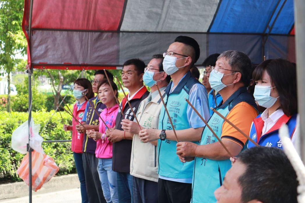 中元普渡,鄭丞焜(左六)率廠商代表祭拜佑平安。 莊玉隆/攝影