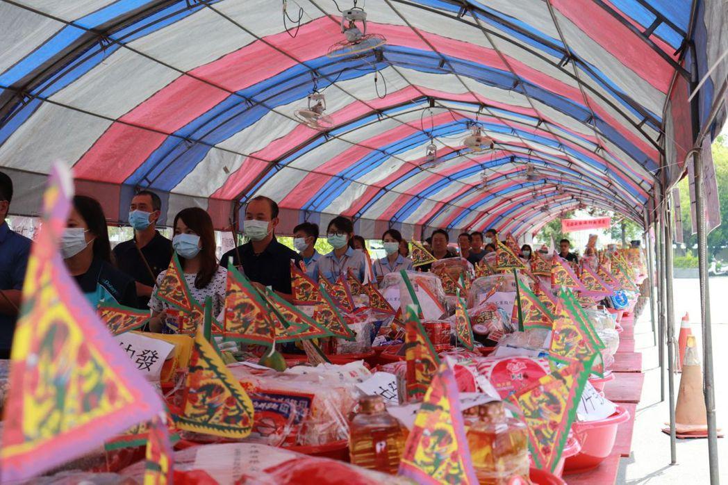 台南安平廠商協進會舉行盛大的中元普渡。 莊玉隆/攝影