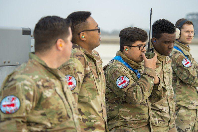參加「敏捷死神」演習的美軍士兵,佩戴了印著疑似中國地圖形狀紅色剪影的臂章。圖翻攝自美國空軍雜誌網頁