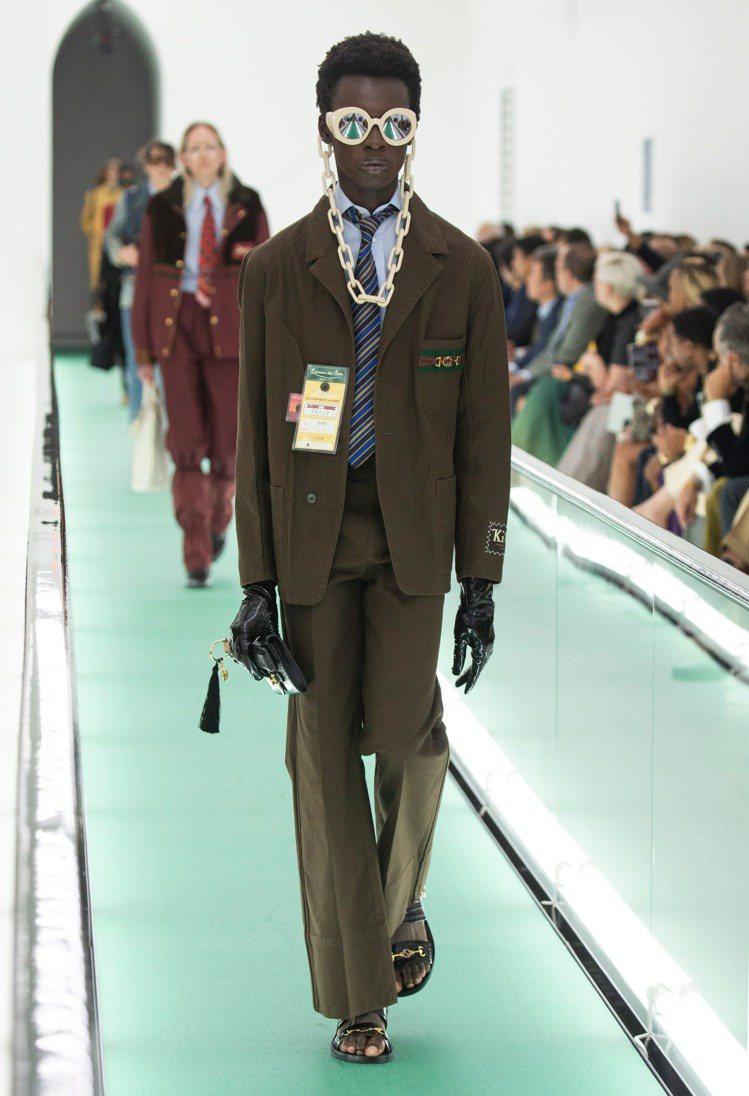 曾敬驊選擇咖啡色oversize的工作服風格套裝,改搭配蝴蝶領結,結合休閒與正式...
