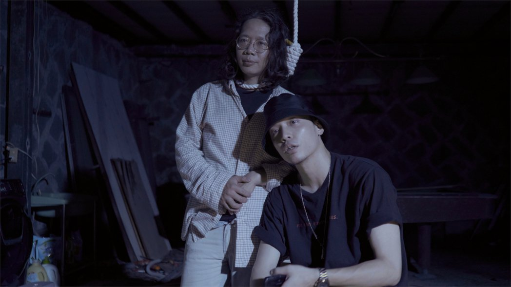 張伍(左)配合導演J.Sheon要求,在MV上吊。圖/Robokatz提供