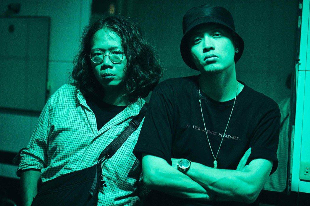 張伍(左)邀到好友J.Sheon擔任MV導演。圖/Robokatz提供