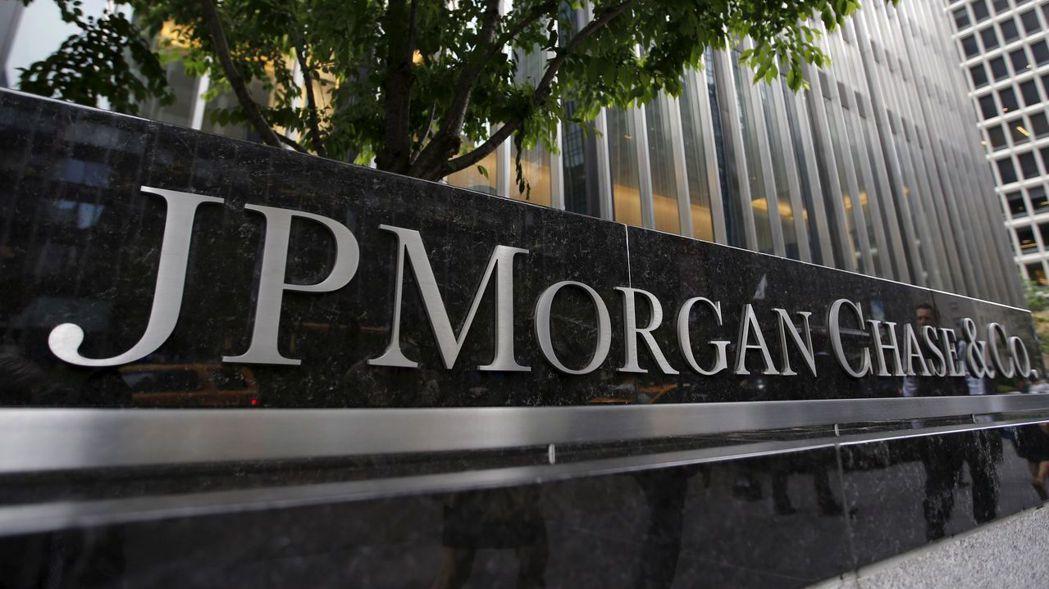 摩根大通和美國銀行均上漲逾2.5%,投資人搶進受新冠疫情打擊最嚴重的類股。 (路...
