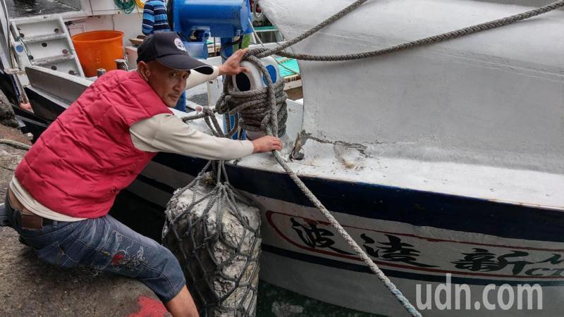 與日方發生擦撞的我國籍漁船「新凌波236號」 船艏受損,右舷裂損。記者戴永華/攝影
