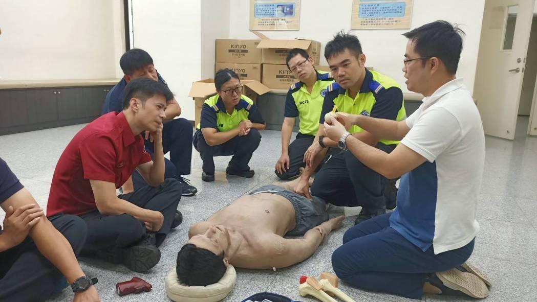 新竹縣政府消防局醫療指導醫師簡振宇、林琪峻示範骨針施打方式。圖/新竹縣消防局提供