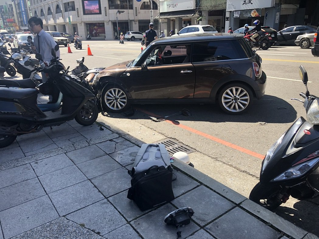 台中市周姓老婦今天上午駕駛進口MINI轎車失控,衝撞路旁多輛機車,造成10人受傷...