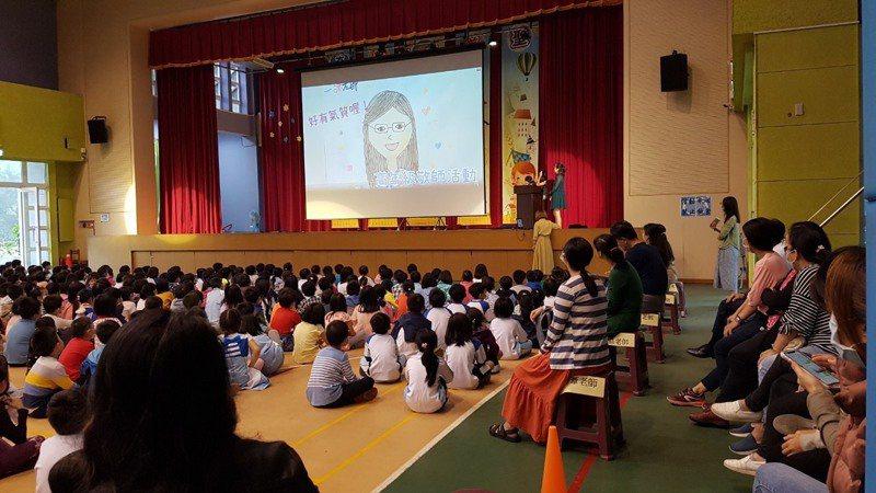 長庚國小讓小6學生長鏡,以老師為主角貼身拍攝、紀錄,昨天教師節在全校前發表。圖/長庚國小提供
