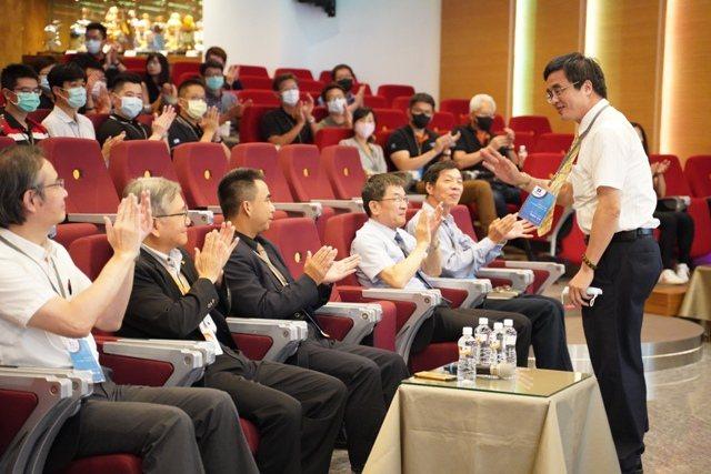 台中精機董事長黃明和(左二)歡迎板金協會理事長林原正(左三)與大甲高中校長簡慶郎(立)及各大學校校長主任。 圖/1111人力銀行提供