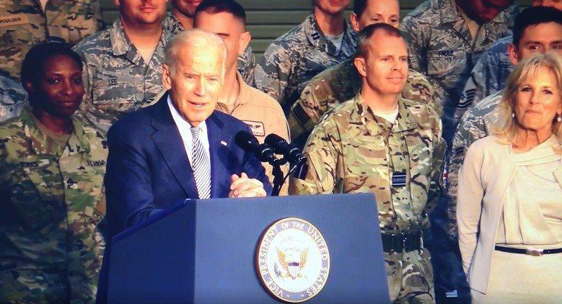 2020美國總統大選進入白熱化,近日民主黨候選人拜登(Joe Biden)一段昔日的演講片段被挖出來,當中他以「愚蠢的混蛋」稱呼在場的美國軍人,影片在社群媒體上引發流傳。The Washington Examiner
