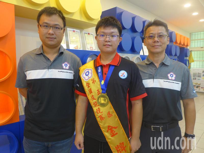 秀水高工畢業生陳師翰參加全國技能競賽外觀模型創作職種,獲得第一名。記者林敬家/攝影