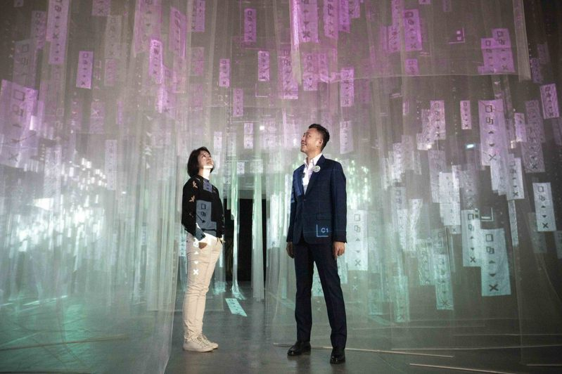 白色薄紗打造的「數位瀑布」,充滿科技美感。圖/新竹市政府提供