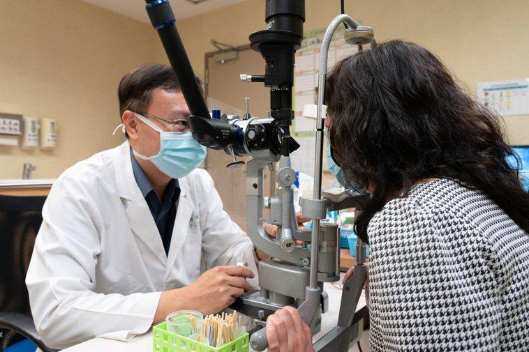 配戴隱形眼鏡應定期預約眼科檢查,讓醫師評估眼睛狀況,提供適當建議。圖/嘉義長庚醫...