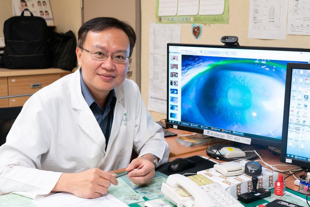 嘉義長庚醫院眼科醫生吳沛倫提醒,佩戴隱形眼鏡應遵守正確配戴方式,避免視力受損,對...