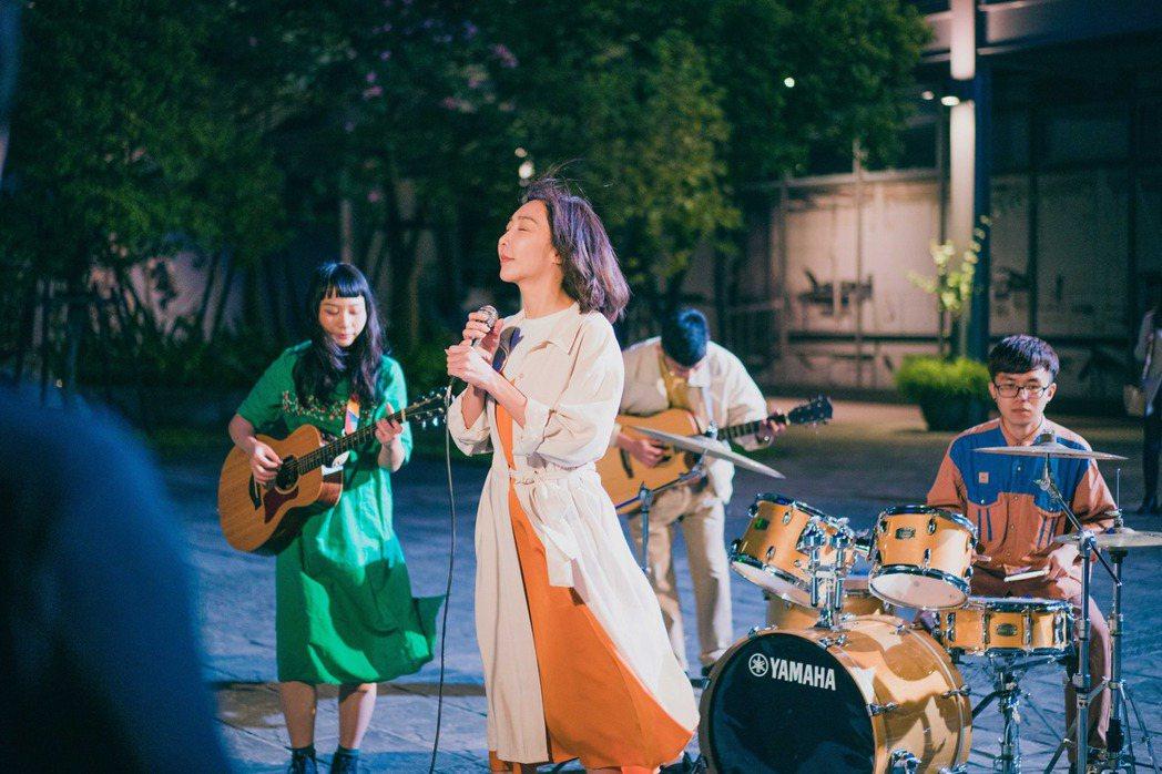 李宓即將推出最新單曲「愛  不凋零」。圖/畢獅國際娛樂