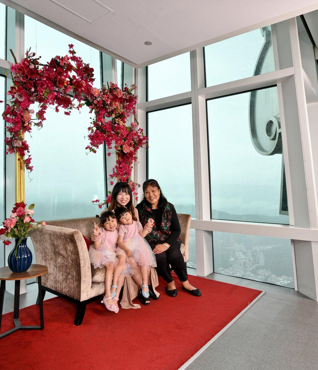 三代同堂遊台北101觀景台,贈全家福照一張。圖/台北101提供