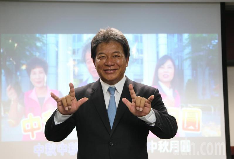 台南市議長郭信良用台語唱饒舌歌,祝賀中秋佳節。記者鄭維真/攝影