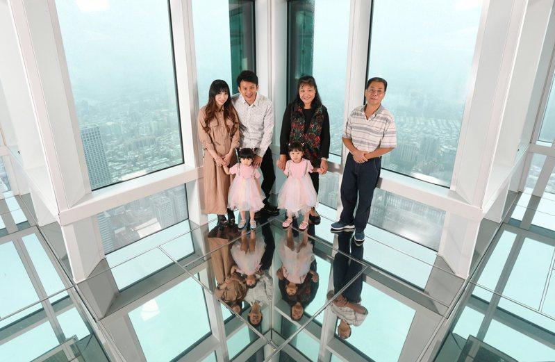 疫情衝擊觀光,台北101觀景台拚國人觀光,再推三代同堂優惠。業者提供