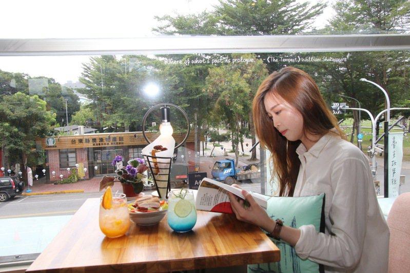 重新開張的台東故事館變身複合式書店,兼具書店、餐飲功能, 民眾可邊用餐邊看書。記者羅紹平/翻攝