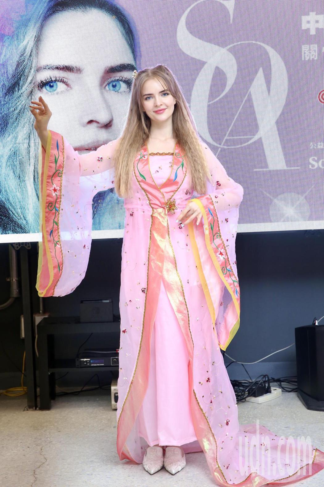 來自俄羅斯的24歲歌壇新人宋蕊安,化身嫦娥姐姐,出席伴弱勢兒過中秋公益活動。記者...
