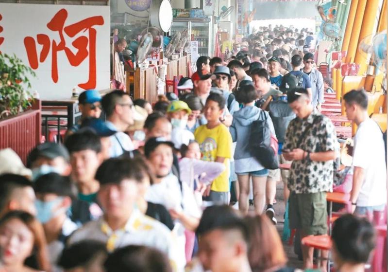 報復性連假將至,許多人選擇到觀光景點人氣餐廳吃飯。圖/聯合報系資料照