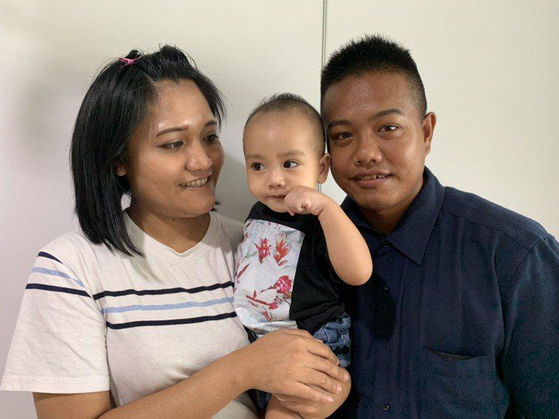 翔翔媽媽(左)走出憂鬱的陰霾,接納孩子罹患小耳症,與先生(右)關係也恢復如初。記者陳雨鑫/攝影