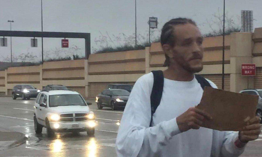 現年37歲NBA前球星魏斯特近日被拍到站在美國達拉斯街頭,手拿著一塊紙板,看似無...