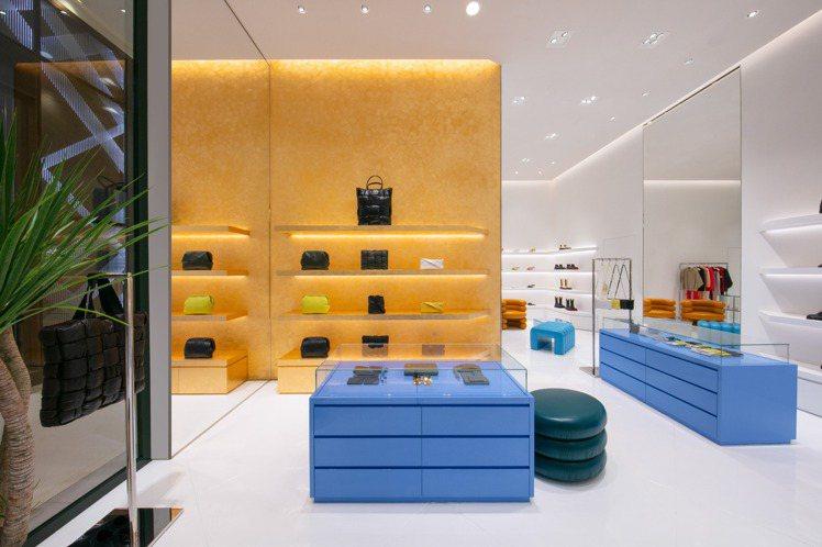 店內設計延續明亮主題,選用白色的牆面與白色樹脂地面組成,再藉由金箔牆面及陳列櫃放...