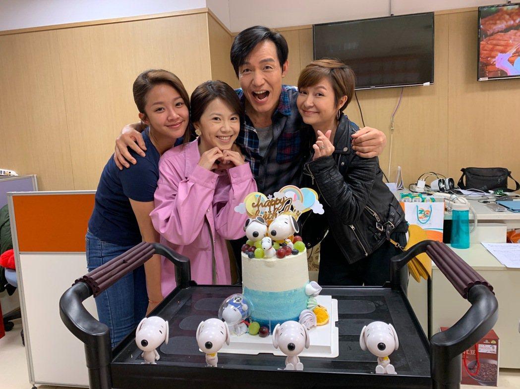 霍正奇(右二)收到劇中太太的生日蛋糕。圖/民視提供