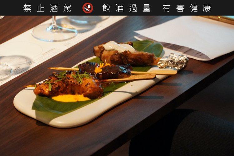 豬五花佐黑蒜味噌、印度烤雞肉佐番紅花優格、小牛肋排佐松露酸奶油(左起)。圖/酒心...