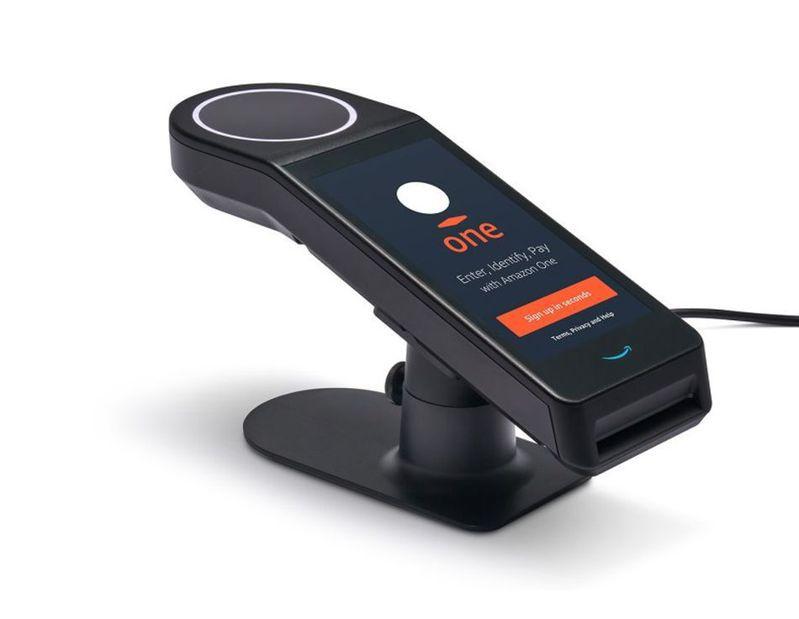 電商巨人亞馬遜29日推出Amazon One,可使顧客的掌紋綁定信用卡,顧客只須手放在此裝置的感應器上方,就能進入Amazon Go無人商店商店並且購買商品。(資料來源:亞馬遜公司 )