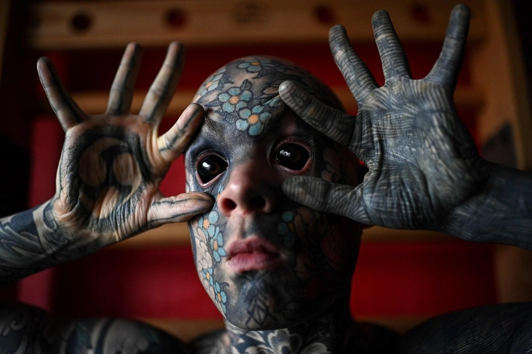 法國小學教師海萊恩連雙眼眼白都動手術變成黑色,結果遭家長投訴,聲稱他害小孩作惡夢...