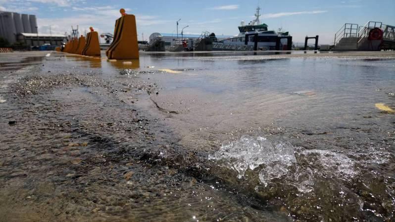 台中港工作船渠碼頭自來水管破裂漏水,碼頭地面成另一片汪洋。記者游振昇/攝影