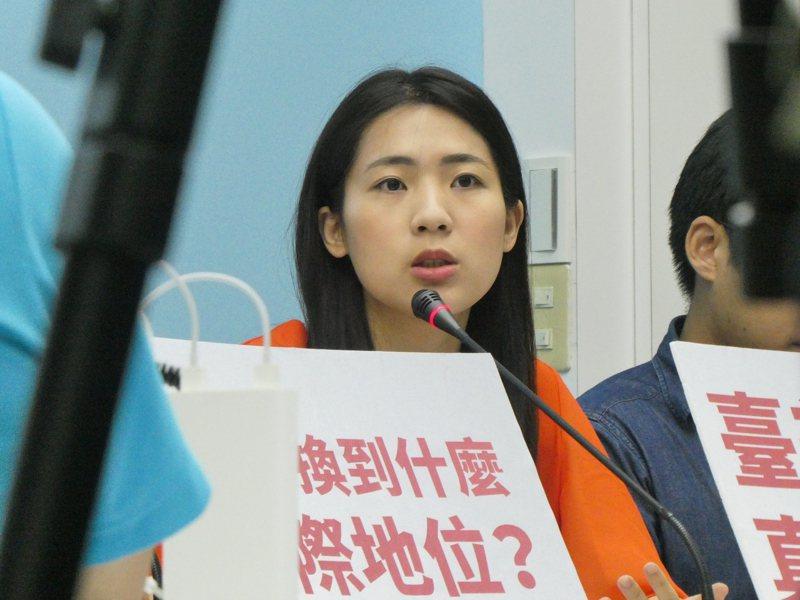 國民黨台北市議員徐巧芯在電視政論節目表示,支持恢復徵兵制,國防部長嚴德發答覆媒體「會再評估」。記者周志豪/攝影
