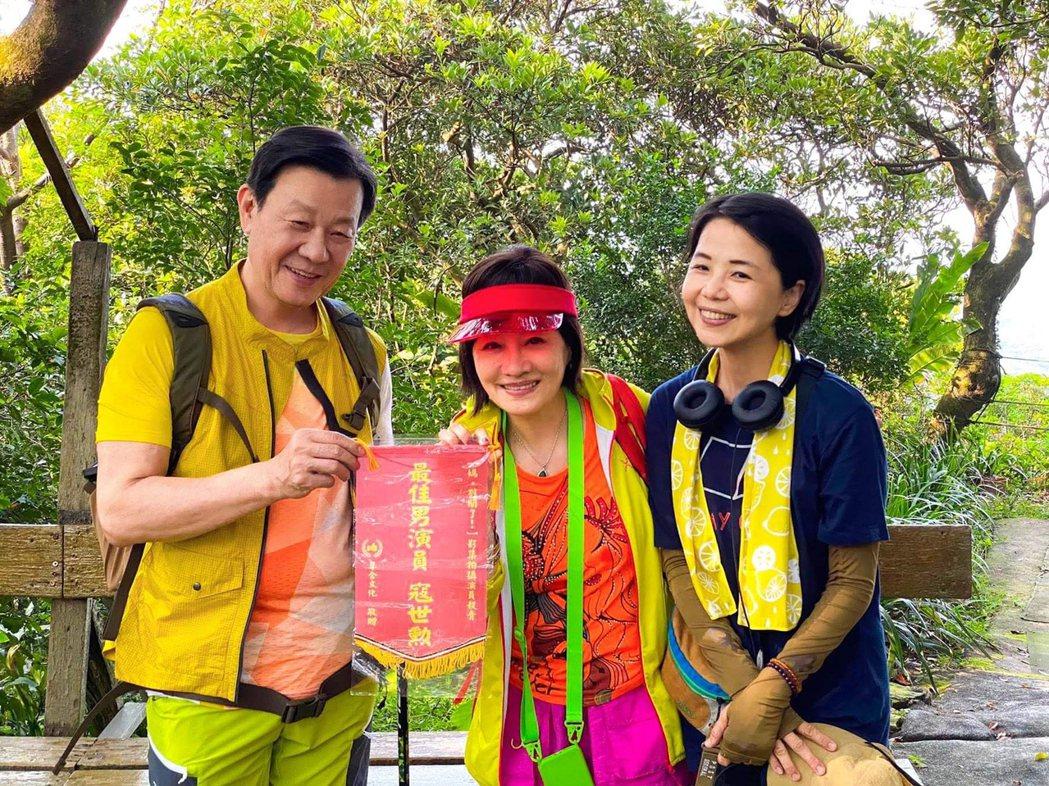 導演陳慧翎(右起)與比莉送上「最佳男演員」錦旗給寇世勳。圖/草舍文化提供