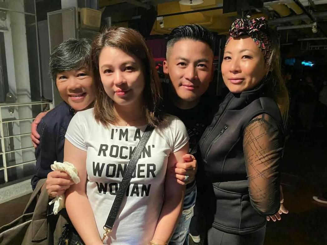 江宏恩母親(左1)偕老婆(左2)與姊姊到現場打氣。圖/獨一無二娛樂文化提供
