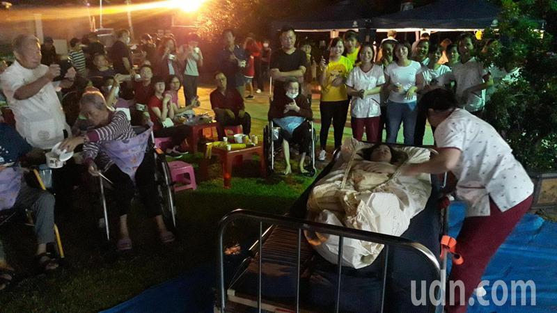 台南長照機構晚間舉辦安全減災經驗分享晚會,臥床者撤離比賽熱鬧有趣。記者周宗禎/攝影