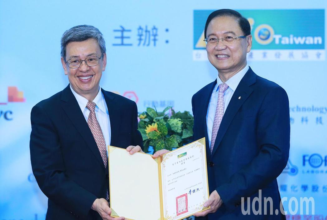 前副總統陳建仁(左)晚上出席台灣生物產業協會會員大會,理事長李鍾熙(右)特別送上...