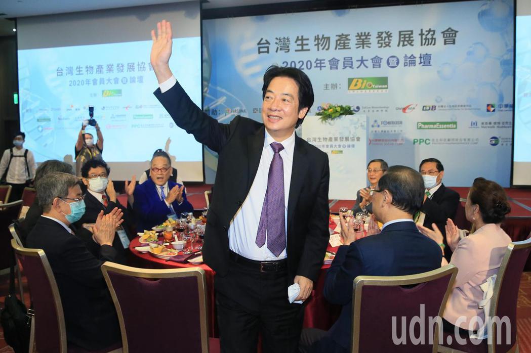 副總統賴清德(中)晚上出席台灣生物產業協會會員大會,受到熱烈歡迎。記者潘俊宏/攝...